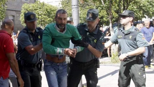 El presunto autor de la muerte violenta de sus dos hijas en la localidad pontevedresa de Moraña, David O.R., a su llegada al juzgado mixto número uno de Caldas de Reis.