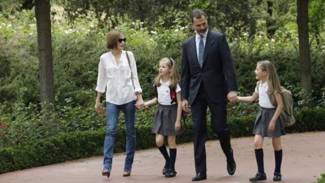 Los Reyes pasean sus hijas Leonor y Sofía en el Palacio de la Zarzuela.