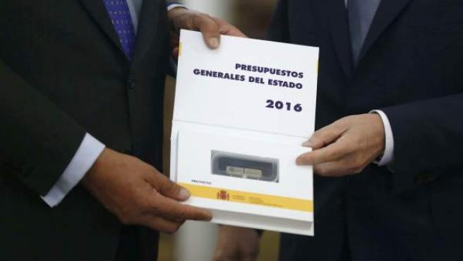 El ministro de Hacienda, Cristóbal Montoro (d), y el presidente de la Cámara Baja, Jesús Posada (i), durante el acto de presentación de los presupuestos generales del Estado 2016.