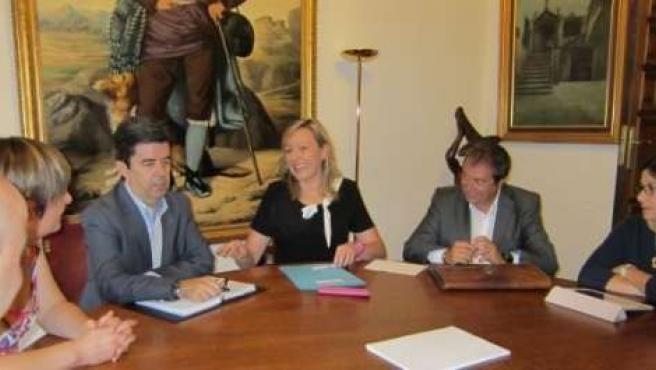 Marta Gascón visita el Ayuntamiento de Huesca