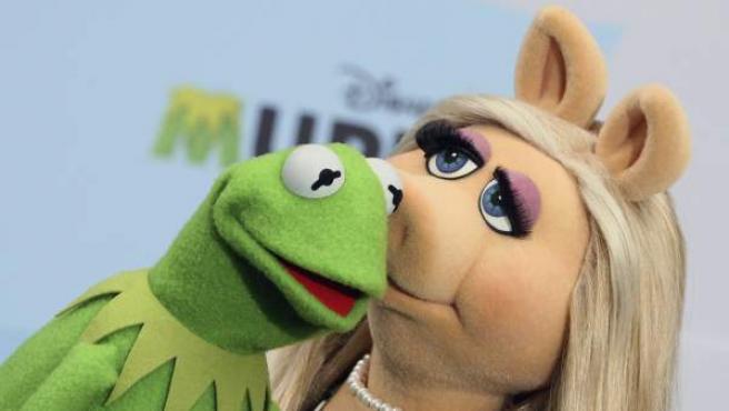 La rana Gustavo flirtea con la señorita Piggy durante la presentación de 'Muppets Most Wanted' en Berlín.