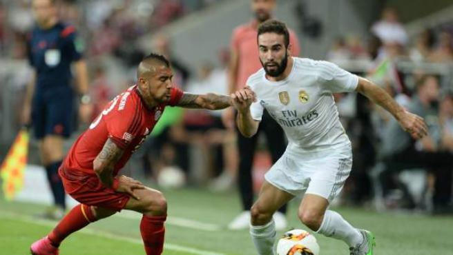 El jugador del Bayern Múnich Arturo Vidal (i) disputa el balón con Dani Carvajal (d) del Real Madrid en Múnich, Alemania.