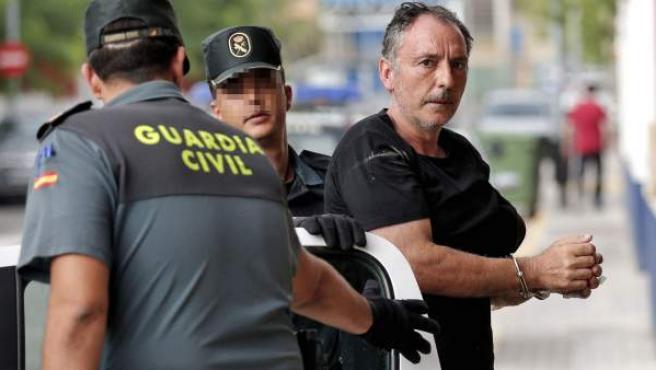 El concejal por Esquerra Unida en Serra (Valencia) Marcos Cabo, detenido por su supuesta implicación en la muerte de su esposa el pasado 29 de julio a consecuencia de un incendio en su vivienda que está siendo investigado, a su llegada a los juzgados de Lliria (Valencia).