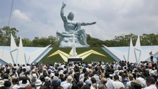 Cientos de personas, congregadas junto a una estatua que recuerda la bomba atómica sobre Nagasaki, en una ceremonia que ha tenido lugar en el Parque de la Paz de la ciudad japonesa.