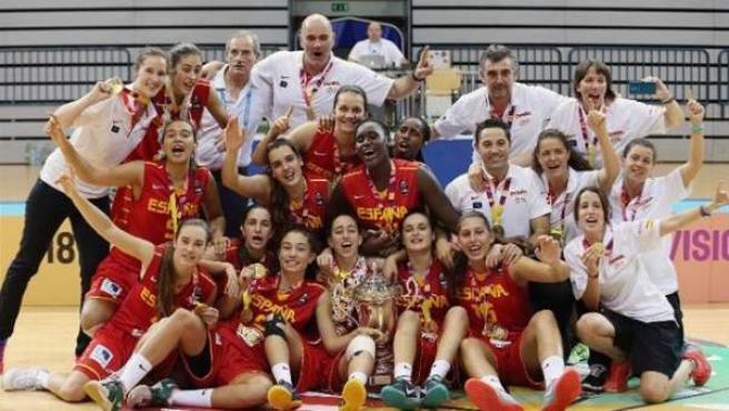Las jugadoras de la selección española femenina sub-18, posando con el trofeo de campeonas de Europa.