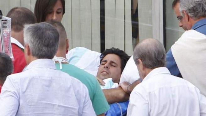 Francisco Rivera, que el lunes sufrió una grave cornada en la plaza de Huesca, preparado para su traslado a la clínica Quirón de Zaragoza.
