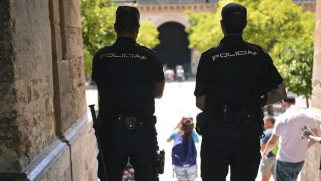Dos agentes de la Policía Nacional, en labores de vigilancia, en una imagen de archivo.