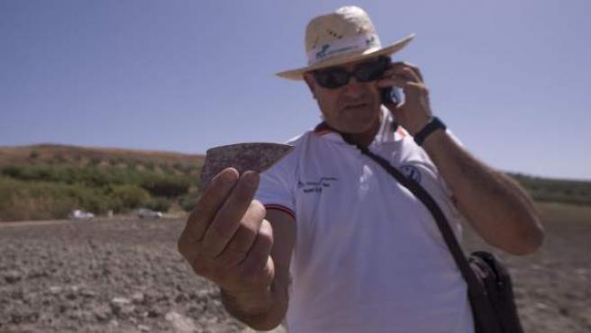 El técnico arqueológico de la Junta de Andalucia revisa los daños causados en una finca de Ategua donde había restos roman0s.