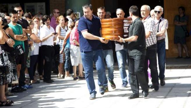 El féretro con los restos mortales de Laura del Hoyo, una de las dos jóvenes que fueron encontradas en Cuenca, a su salida del funeral.