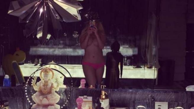 Imagen semidesnuda de Christina Aguilera colgada por la cantante en homenaje a sus fans.