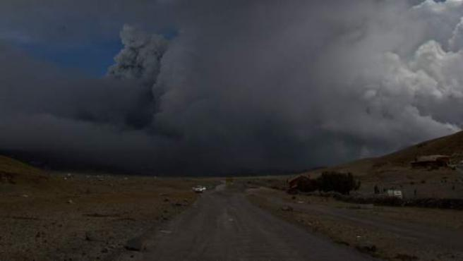 Fotografía de la columna de ceniza tras una erupción del volcán Cotopaxi.