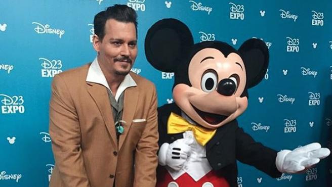 Johnny Depp aparece por sorpresa en D23 Expo de Disney