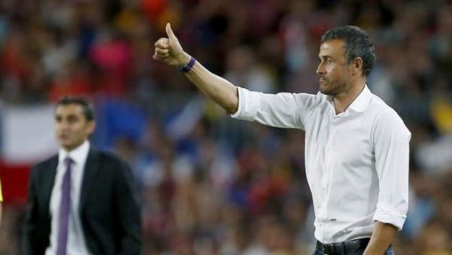 El entrenador del FC Barcelona, Luis Enrique (d), y el del Athletic Club, Ernesto Valverde (i), durante el partido de vuelta de la final de la Supercopa.