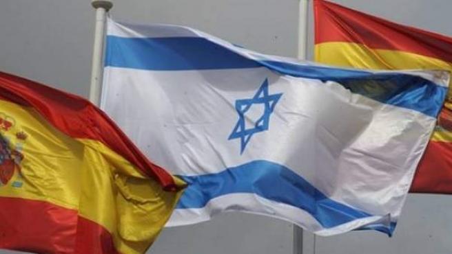 Banderas españolas ondean junto a una bandera israelí.