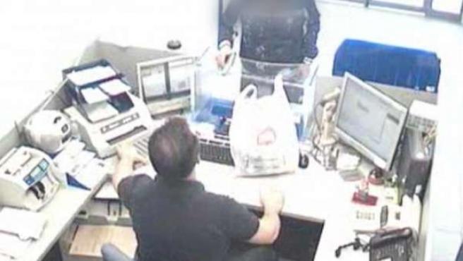 Imagen de una cámara de seguridad durante un atraco.