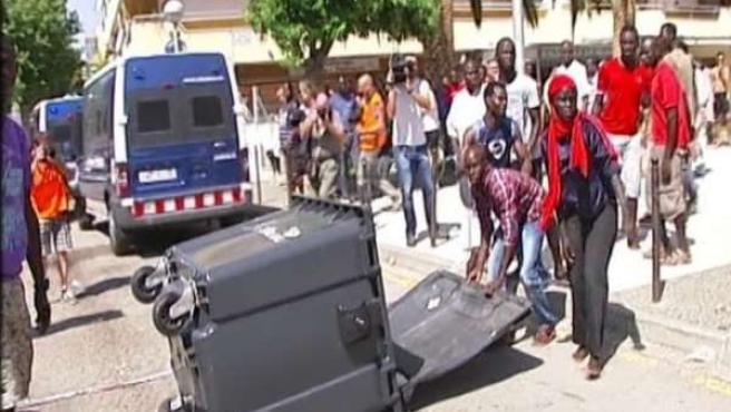 Violentos disturbios en Salou tras morir un senegalés