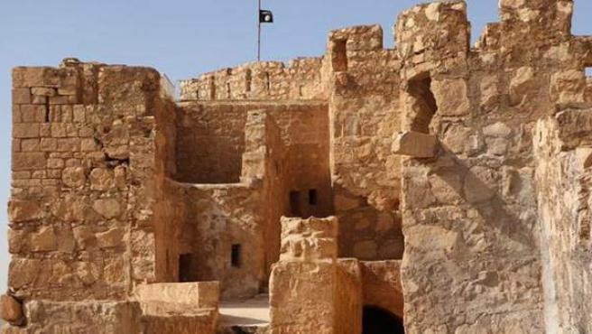 Imagen difundida por Estado Islámico del castillo de Palmira (Siria), con una bandera del grupo yihadista al fondo.