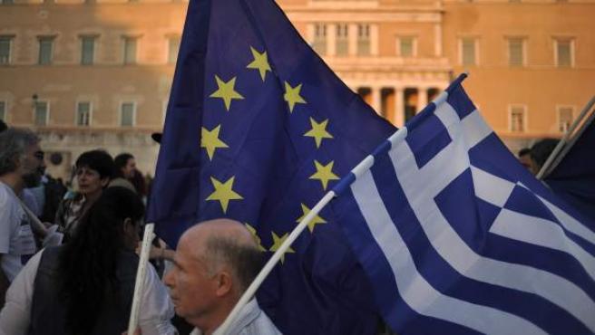Un manifestante ondea una bandera de la Unión Europea y de Grecia durante una manifestación a favor de la zona euro.