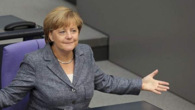 La canciller alemana, Angela Merkel, participa en el debate y votación del tercer rescate a Grecia en el Bundestag .