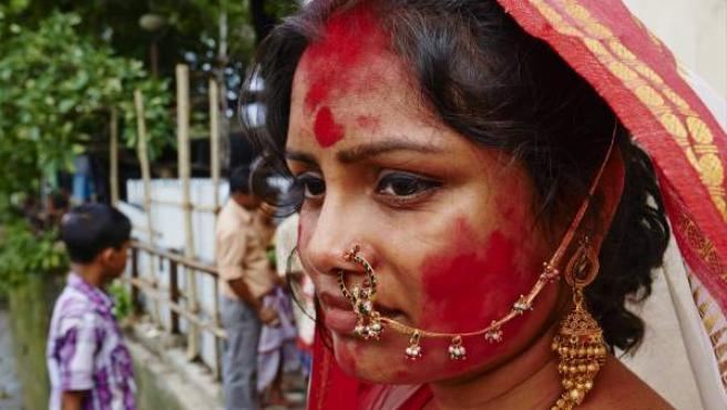 Mujer india después de la lluvia de colores del Holi