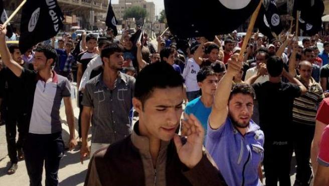 Manifestantes enarbolan en Mosul (Irak) banderas del Estado Islámico.