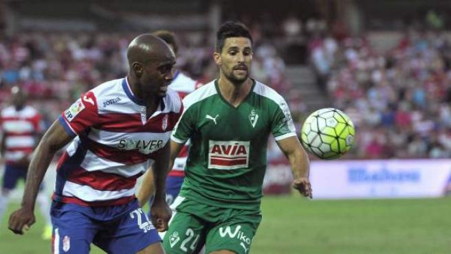 El defensa francés del Granada Dimitri Foulquier (i) disputa un balón con el centrocampista del Eibar Adrián González (d), durante el partido de la primera jornada de la Liga de Primera División en el estadio Nuevo Los Cármenes de Granada.