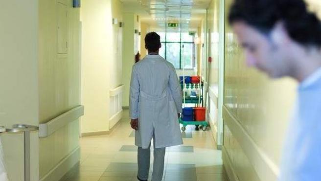 Un médico camina por el pasillo de un hospital, en una imagen de archivo.