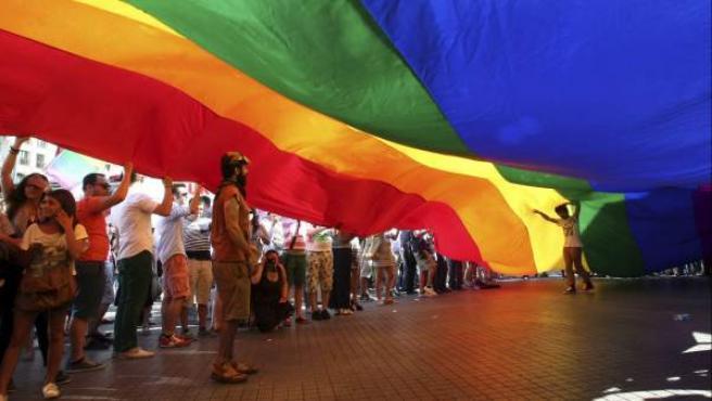 Bandera gigante con los colores del arco iris, usada por el colectivo gay como distintivo.