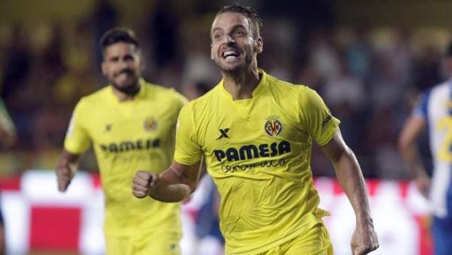 El delantero del Villarreal Roberto Soldado celebra su gol, primero del equipo, durante el partido de la segunda jornada de Liga en Primera División que Villarreal y RCD Espanyol disputaron este viernes.
