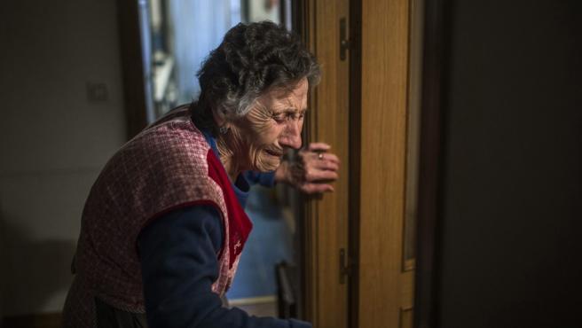 Foto de Andres Kudacki de Carmen Martinez Ayuso (85 años) al ser desahuciada de su casa en Madrid