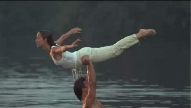 Escena en la Patrick Swayze alza a Jennifer Grey mientras se bañanan en un lago, correspondiente al filme 'Dirty Dancing'.