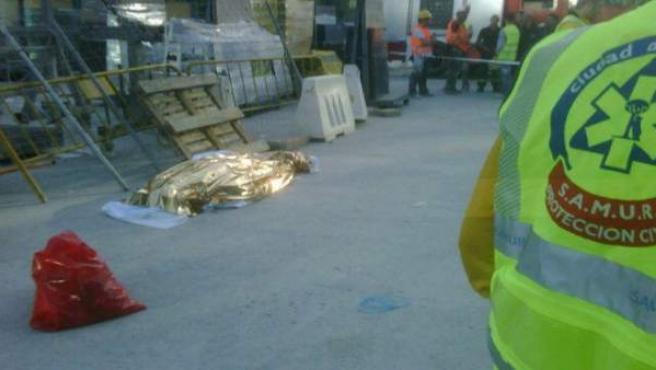 Cuerpo de un trabajador fallecido en un accidente laboral en la Avenida de América de Madrid capital.