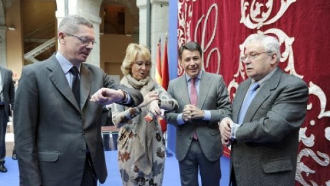 El ministro de Justicia, Alberto Ruiz Gallardón, el presidente de la Comunidad de Madrid Ignacio González y los expresidentes de esa región Esperanza Aguirre y Joaquín Leguina, en una foto de mayo de 2013.