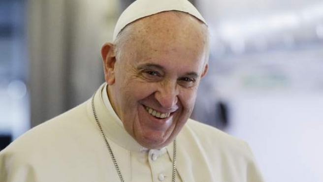El papa Francisco, sonriente en un vuelo en su avión.