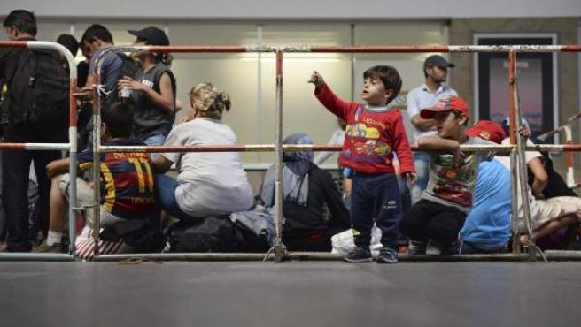 Varios refugiados sirios esperan para ser registrados en la estación central de Múnich, Alemania, este lunes.
