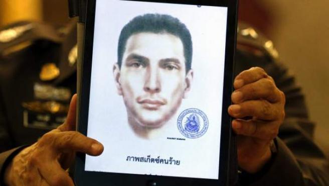 El portavoz de la policía, el general Prawut Thawornsiri, muestra el retrato robot de un sospechoso de nacionalidad turca que podría estar implicado en el atentado del pasado 17 de agosto en el templo de Erawan en Bangkok (Tailandia).