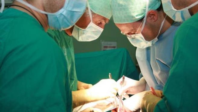 Varios médicos realizando un trasplante.