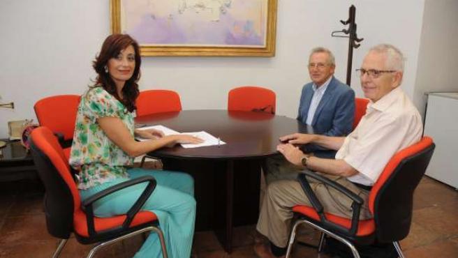 Cañete (izda.) con respresentantes del Banco de Alimentos