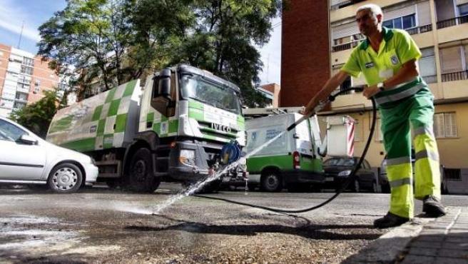 Un operario realizando labores de limpieza de urgencia en el barrio del Pilar.