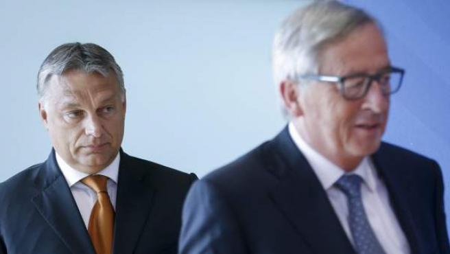 El presidente de la Comisión Europea (CE), Jean-Claude Juncker (d), y el primer ministro de Hungría, Viktor Orbán (i), antes de la reunión del Consejo Europeo en Bruselas, Bélgica.