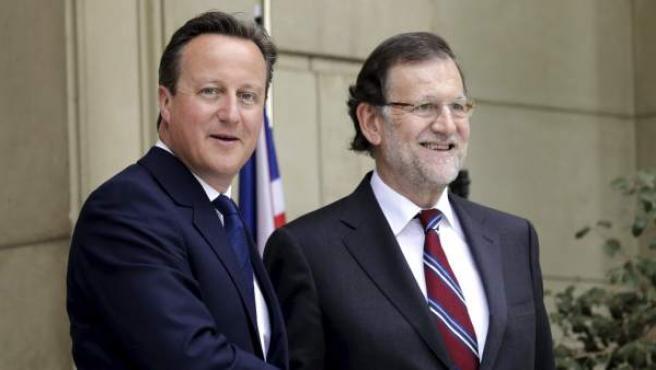 El presidente del Gobierno español, Mariano Rajoy, (dch), y el primer ministro británico, David Cameron, se saludan antes de la reunión que han mantenido este viernes en el Palacio de La Moncloa.