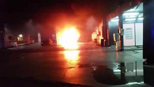 Coche incendiado en una gasolinera de Palma