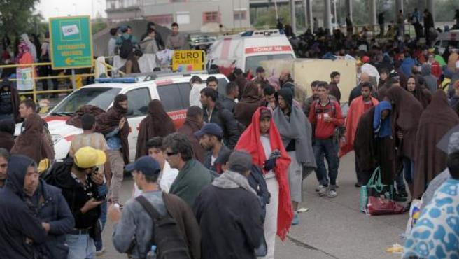 Refugiados sirios llegan a la frontera austríaca, procedentes de Hungría.
