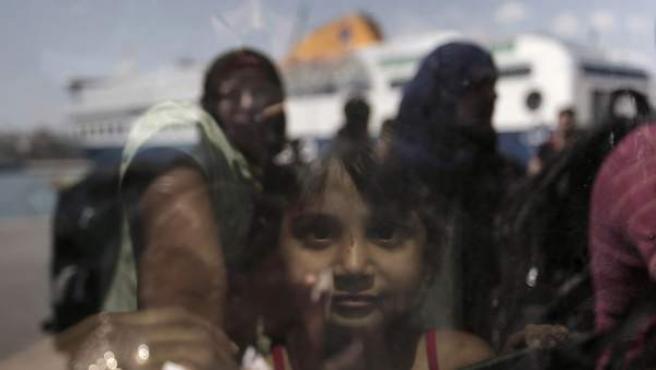 Una niña siria, a la espera de subir a un ferry que la lleve de Turquía a Grecia.