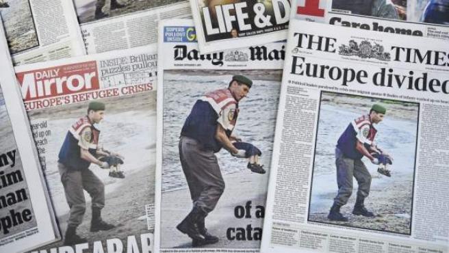 Varias portadas de periódicos muestran la fotografía de un gendarme con el cuerpo sin vida de Aylan Kurdi en la playa turca de Bodrum.
