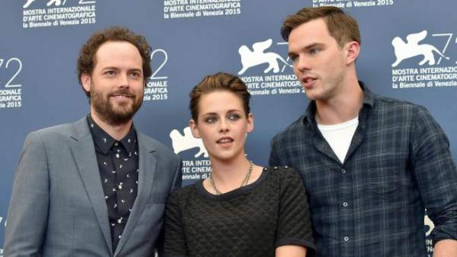 El director Drake Doremus (izq.), la actriz Kristen Stewart, y el actor actor Nicholas Hoult (dcha.) en el festival Internacional de cine de Venecia.