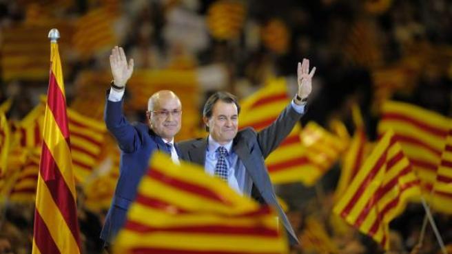 Imagen de archivo de 2010, con el presidente de la Generalitat catalana- Artur Mas (dcha.)-, y el líder de UDC - Duran i Lleida (izq.)-