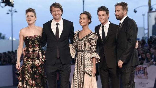 El reparto y el director de 'La chica danesa', este sábado en la Mostra de Venecia.