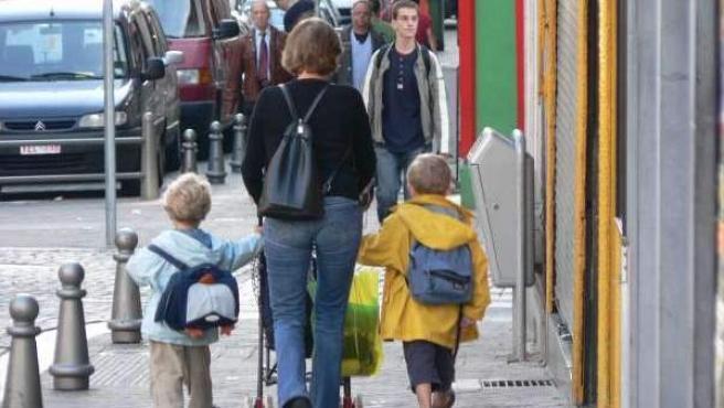 Una madre con sus hijos, a la vuelta del cole.