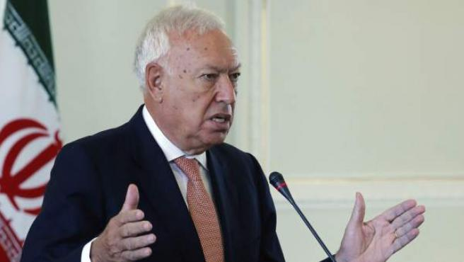 El ministro de Asuntos Exteriores español, José Manuel García-Margallo, responde durante la rueda de prensa conjunta con su homólogo iraní, Mohamad Yavad Zarif, tras la reunión que celebraron en Teherán (Irán).